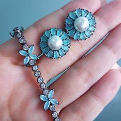 Brinco luxo Flor com pétalas de zircônia azul céu e pérola em banho de ródio negro-0