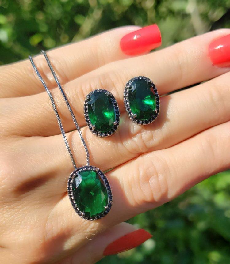 Conjunto brinco e colar oval G com zircônia negra e verde esmeralda em banho de ródio negro