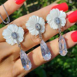 Conjunto brinco e colar flor de madrepérola com gota de zircônia branca em banho de ródio branco