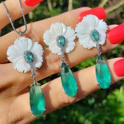 Conjunto brinco e colar flor de madrepérola com gota de zircônia turmalina e branca em banho de ródio branco
