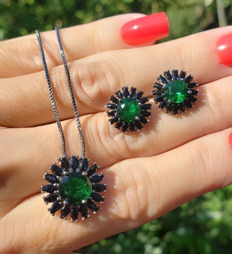 Conjunto brinco e colar Sun com zircônia negra e verde esmeralda em banho de ródio negro